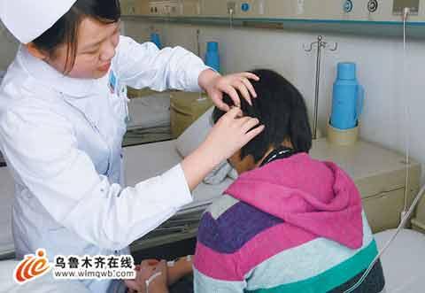 3月1日,在新疆医科大第二附属医院,护士在为小玉做检查。