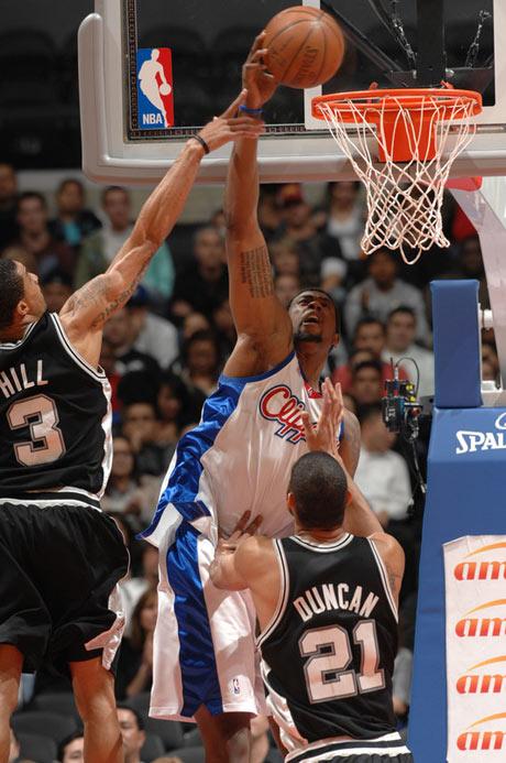 图文:[NBA]马刺胜快船 乔丹暴扣