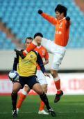 图文:[热身赛]鲁能2-0澳洲冠军 刘金东跃起停球