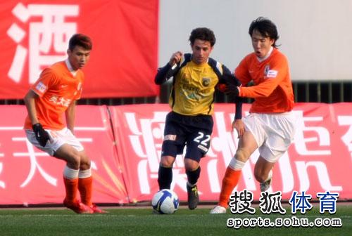 图文:[热身赛]鲁能2-0澳超冠军 王亮逼抢