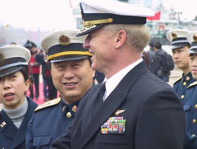 """资料图:2004年二十四日上午,美国海军第七舰队""""蓝岭""""号指挥舰,在美国海军第七舰队司令威拉德中将率领下,驶抵上海高阳路码头,开始对上海进行为期五天的访问。中国海军东海舰队司令员赵国钧(左二)中将在码头举行仪式,欢迎美舰到访。中新社发姜煜 摄"""