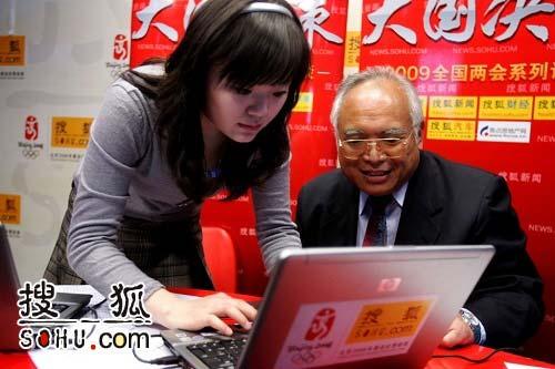 陈寒枫委员在阅读网友关心的问题
