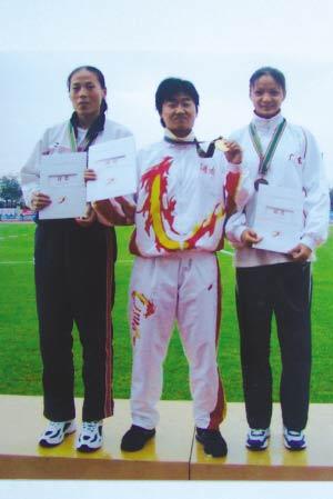 第十届大运会领奖台上的小楠(中)