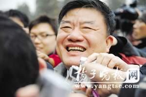 陈竺部长被记者团团包围。香港《见闻中国》杂志特派记者 苏振双 摄