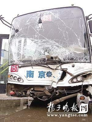 151路公交车被撞,车头损毁严重。