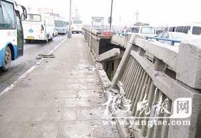 大桥护栏被撞出一个大口子。 裴 睿 摄