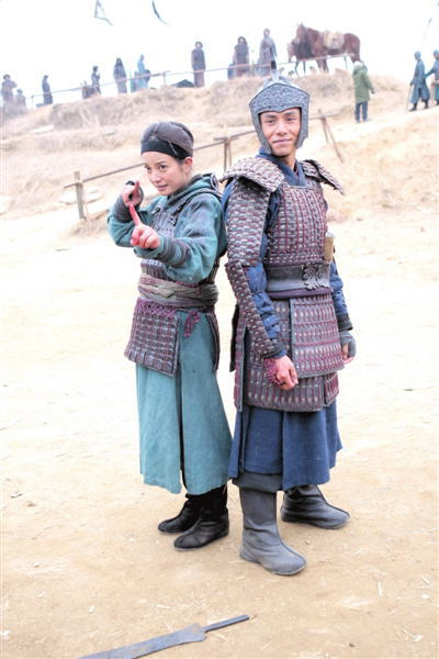 赵薇和陈坤对着镜头摆POSE。