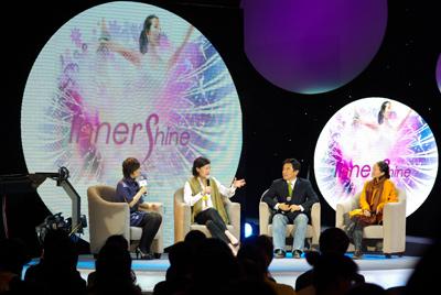 主持人李静(左一)、心理学家金韵蓉(左二)、青鸟瑜伽董事长高光勃(右二)、北京现代舞团艺术总监高艳津子(右一)畅谈INNER SHINE(2)
