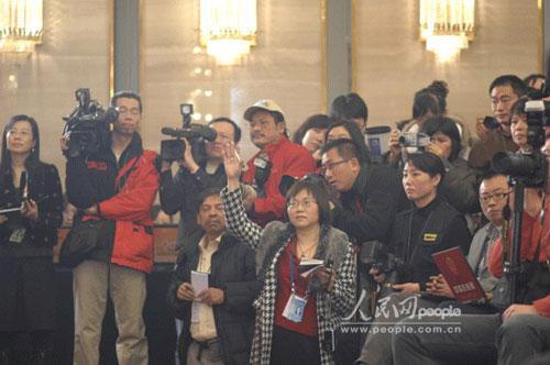图为参加新闻发布会的记者们。(记者于凯摄)