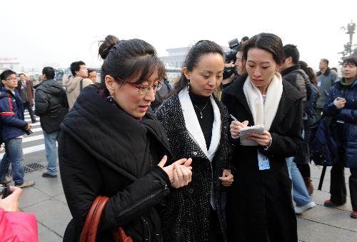 图:全国政协委员邰丽华在接受记者采访 Img262577410