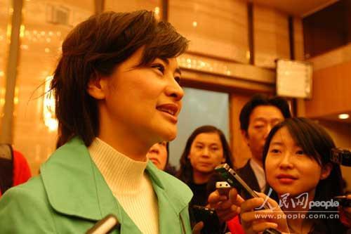 2009两会明星 吴小莉接受记者采访