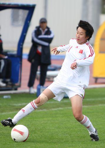 图文:[阿杯]女足0-0逼平瑞典 娄佳惠护球