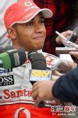 图文:F1赫雷斯试车第四日 汉密尔顿接受采访