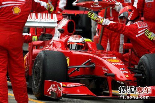 图文:F1赫雷斯试车第四日 法拉利车队进站演练