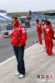 图文:F1赫雷斯试车第四日 舒马赫在场边
