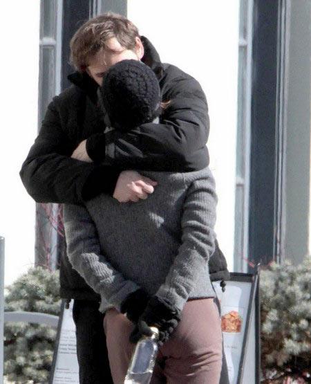 瑞秋-迈克亚当斯和乔什-卢卡斯当街激吻(图)图片