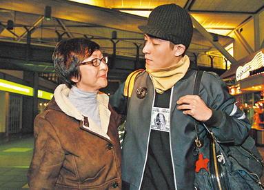 陈冠希母亲早前陪他到加拿大出庭。