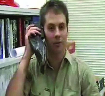 """世界首部""""鞋子手机""""问世 既可以穿又可以打"""