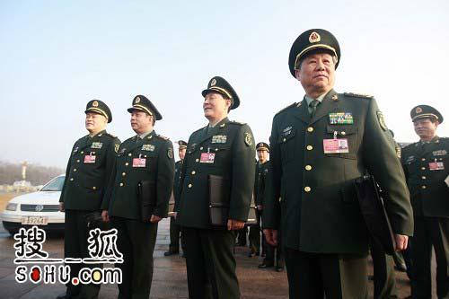 解放军代表团第一批抵达广场