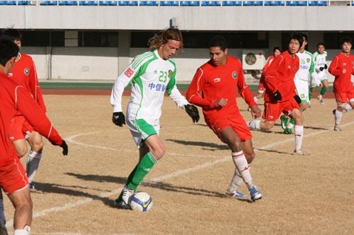 图文:[热身赛]国安2-1北理工 小格里菲斯带球