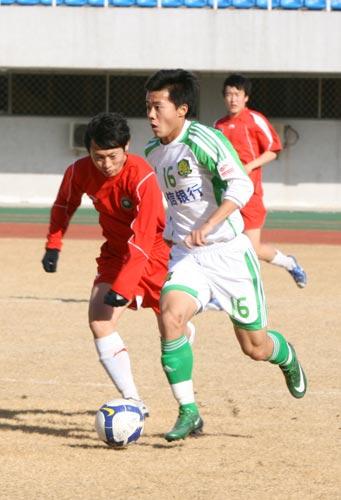 图文:[热身赛]国安2-1北理工 黄博文带球