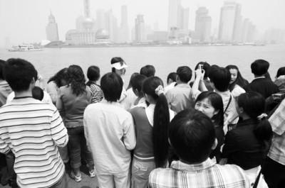 """□2007年""""五一""""黄金周,外滩人满为患。 CFP资料图片"""