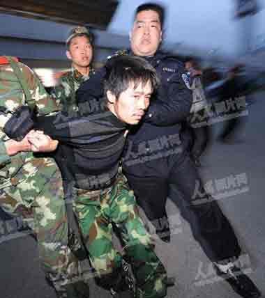 3月5日18时45分,一名疑犯被警方押回贵州。