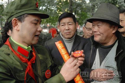 王江给老人介绍爱心牌的使用方法