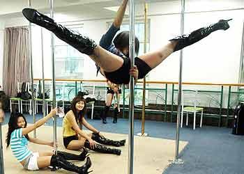 都市健身新浪潮:健康钢管舞 大受女白领追捧