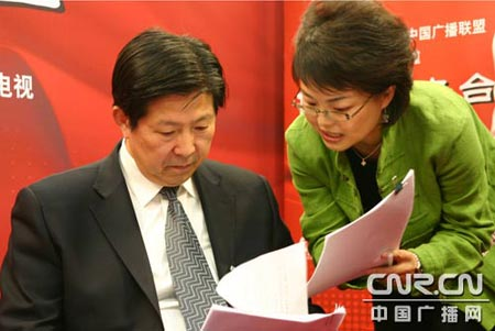 江苏省南京市市长蒋宏坤和主持人交流