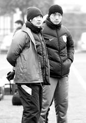 """贾秀全(左)谢晖对""""魔鬼赛程""""并不在意  周国强"""