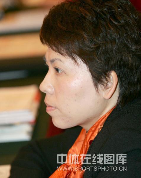 邓亚萍正在聆听