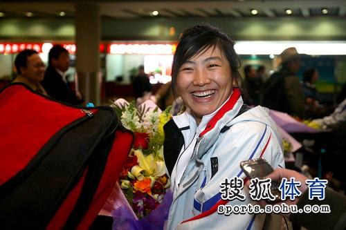 图文:李妮娜载誉归来抵北京 徐梦桃开怀大笑