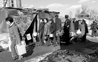居民排队打水吃 本报记者 刘瑞秋 摄