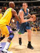 图文:[NBA]湖人擒森林狼 奥多姆盯防乐福