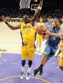 图文:[NBA]湖人擒森林狼 奥多姆阻止对手传球