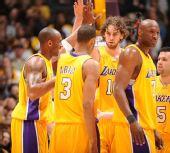 图文:[NBA]湖人擒森林狼 湖人全队庆祝