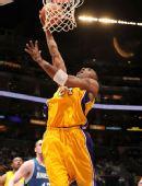 图文:[NBA]湖人擒森林狼 科比上篮