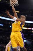 图文:[NBA]湖人擒森林狼 科比篮下上篮