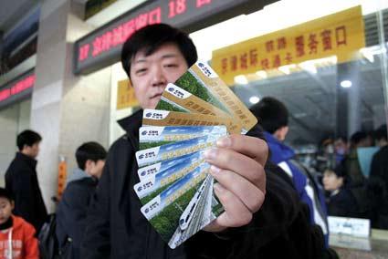 刘先生向记者展示他买到的快通卡