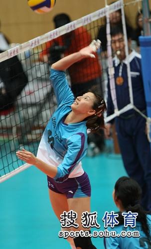 图文:第三场天津女排3-1上海 李娟准备进攻