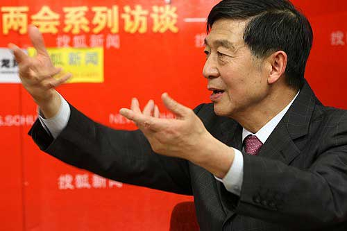 3月7日下午,搜狐网联合华龙网,特邀前中国驻法国大使、外交学院院长吴建民做客,畅谈经济危机下的外交决策、中法关系以及个人经历。 王玉玺/摄