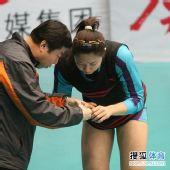 图文:天津女排3-1上海女排 队医处理霍晶伤势