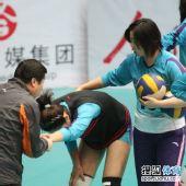 图文:天津女排3-1上海女排 霍晶训练手腕轻伤