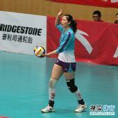 图文:天津女排3-1上海女排 魏秋月准备发球