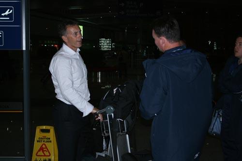 伊格蒙德在机场前来接近的人