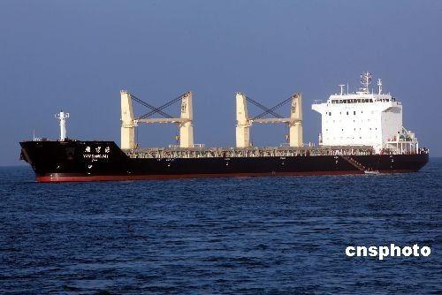 """当地时间2月26日早晨,中国海军舰艇编队""""微山湖""""号综合补给舰医护人员乘快艇驶抵""""雁荡海""""号商船,正陆续登船。当日,""""海口""""号导弹驱逐舰将未加入护航编队而在航行途中遭遇海盗袭击的""""雁荡海""""号顺利接护至亚丁湾东部安全海域。"""
