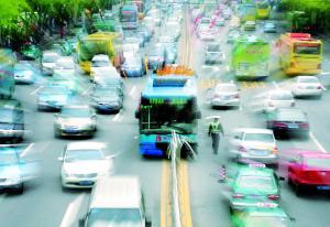298路车行驶到岗顶站附近时,女乘客突然抢夺方向盘,致公交车失控。
