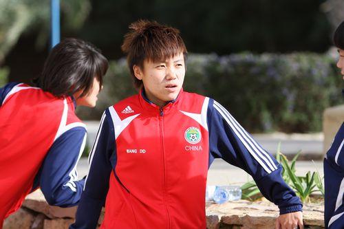 图文:[阿杯]女足恢复性训练 王丹丹若有所思
