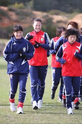 图文:[阿杯]女足恢复性训练 神情各异